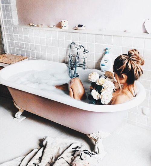Chica tomando una ducha con espuma