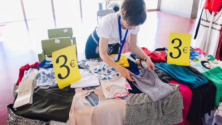 Chica vendiendo ropa en buen estado