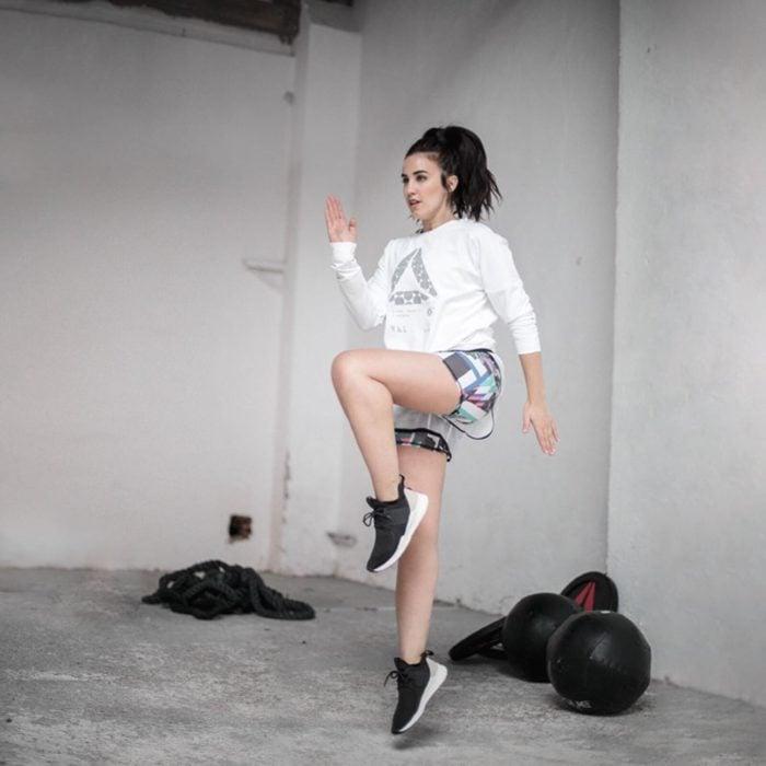 Chica realizando ejercicios de saltos