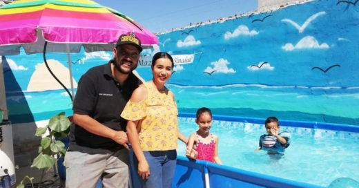 Papá convierte su patio en una playa segura para sus hijos