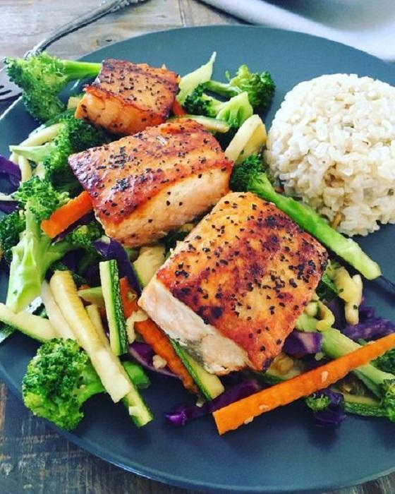 ¨lato de pescado acompañado de arroz blanco y vegetales