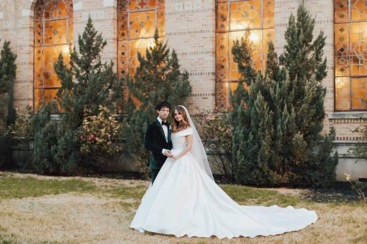 Debby Ryan y Josh Dun posando en su primera foto como esposos