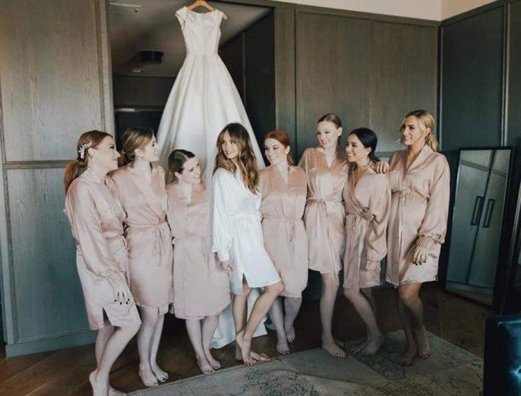 Debby Ryan junato a sus damas de honor antes de prepararse para la boda