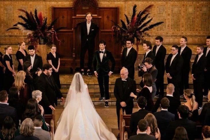 Debby Ryan llegando al altar con Josh Dun en su boda