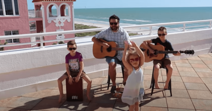 Colt Clark & The Quarantine Kids posando en la playa