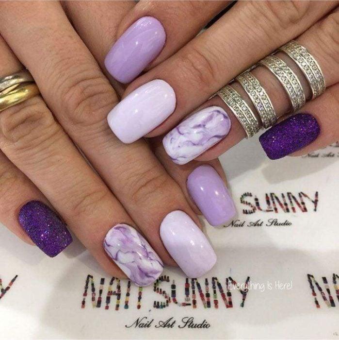 Manicura en tonos lilas con diferentes tonalidades y efecto marmol