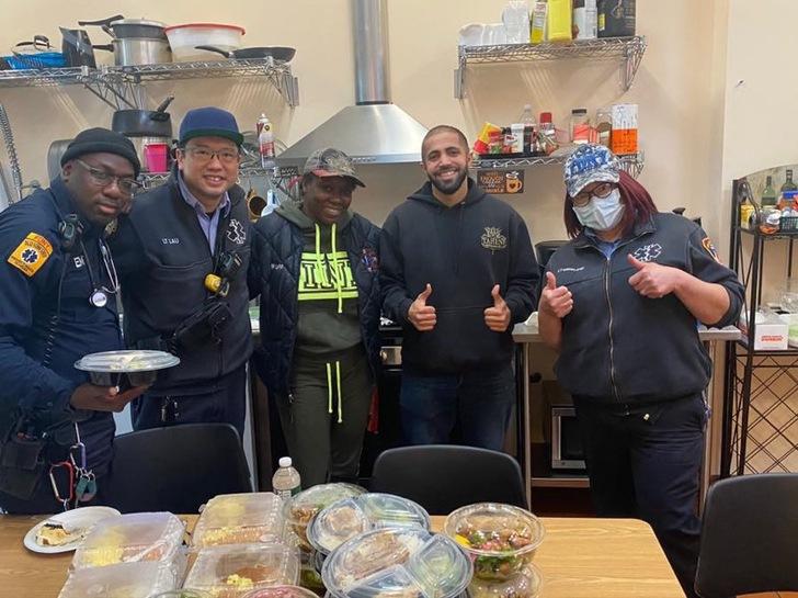 Hermanos musulmanes entregando comida en el departamento de policías