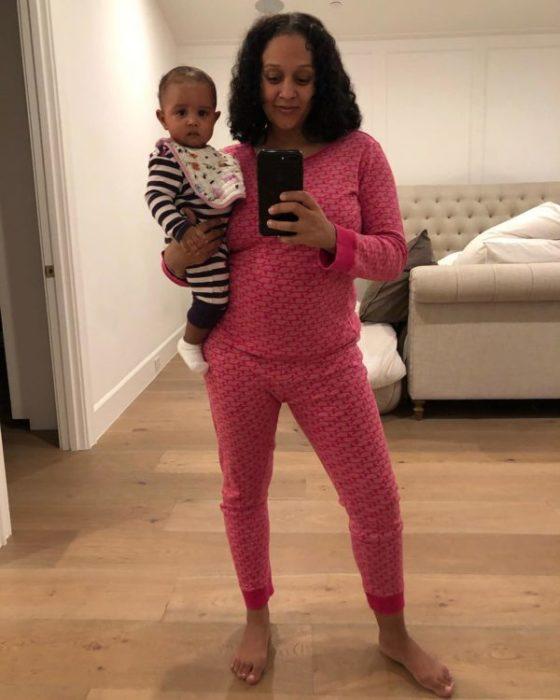 Tia Mowry tomando una foto de ella y su hija después de varias semanas de haber dado a luz
