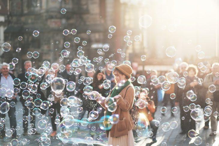 Mujer en medio de decenas de burbujas