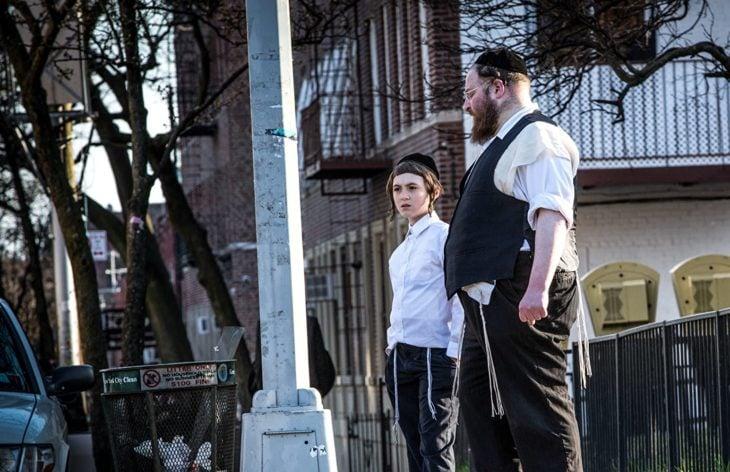 Padre e hijo judios frente a una acera en la serie Menashe
