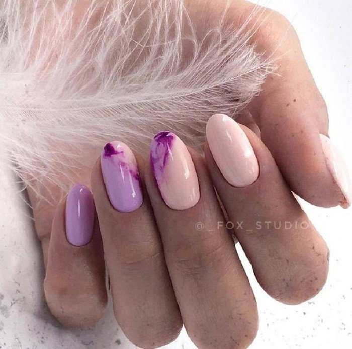 Manicure in lilac tones with details of marble and beige yonos