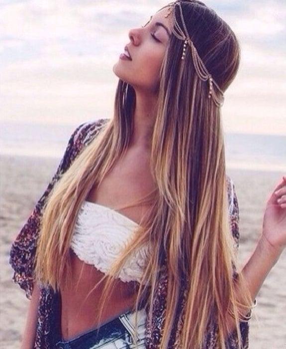 Cadena decorando cabello suelto