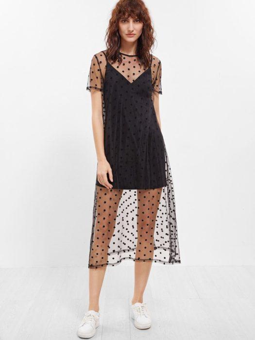 Chica usando usando mini vestido en escote V con transtarencia a media pantorrilla y manga corta
