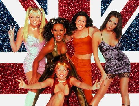 Las Spice Girls frente a la bandera de gran bretaña