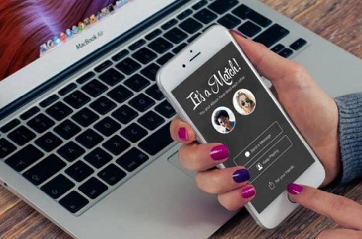 Manos de mujer dando haciendo match en tinder a través de una pantalla táctil