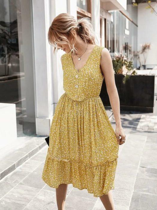 Vestido amarillo sin mangas a media pantorrilla y escote V