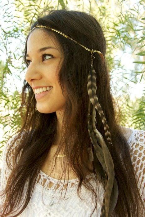 Corona de cadenita con plumas de adorno