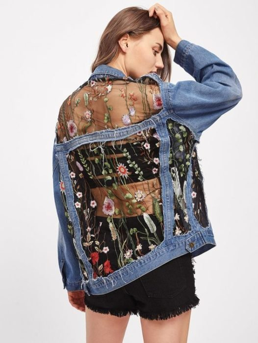 Chica usando chaqueta de base de mezclilla y transparencias en la espalda