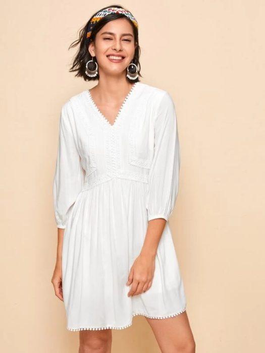 vestido blanco en cuello V, corto y manga 3/4