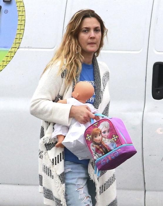 Drew Barrymore caminando después de algunos meses de haber tenido a su segundo bebé
