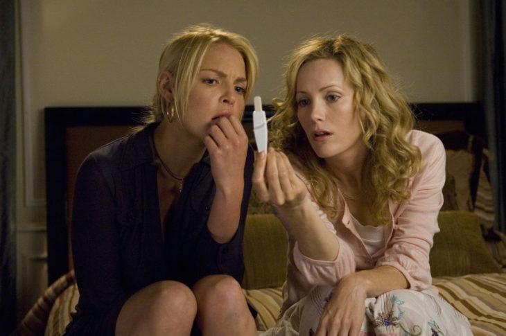 dos mujeres revisando una prueba de embarazo