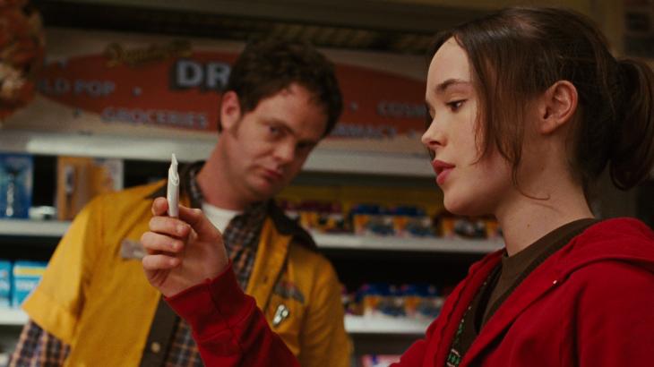 Escena de Juno comprando pruebas de embarazo en el centro comercial