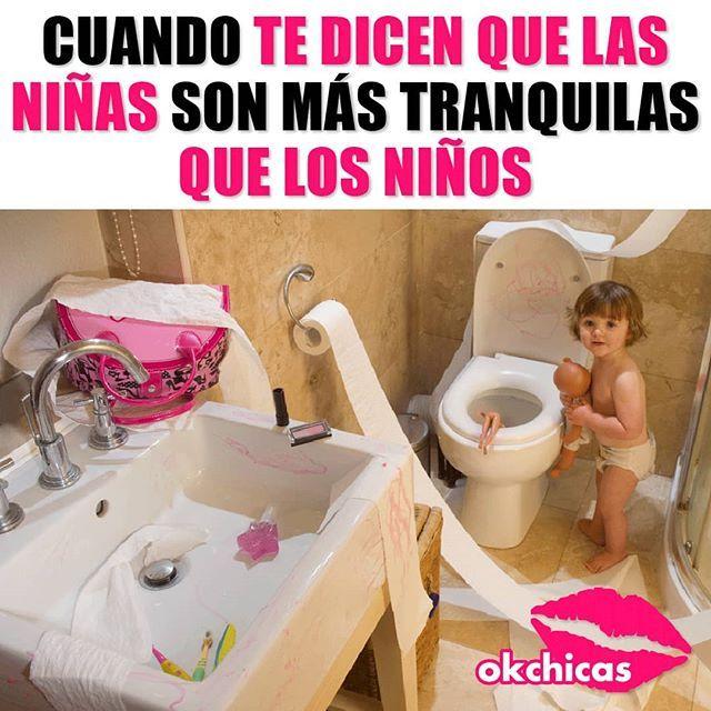 Meme de niña jugando en el baño
