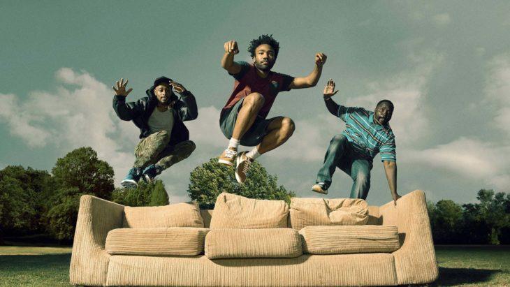 Chicos en pantalones cortos brincando un sillón de la serie Atlanta
