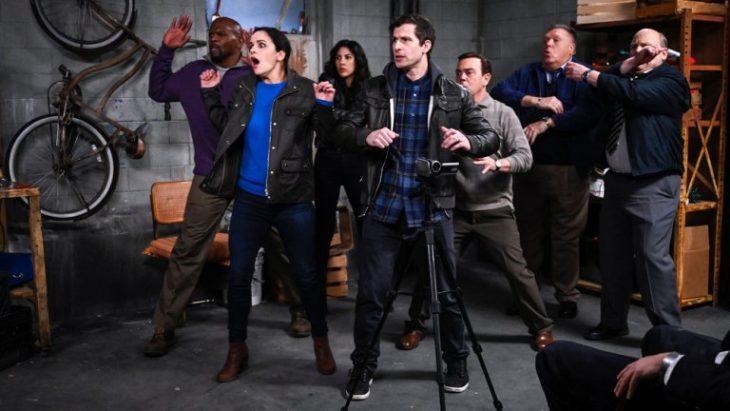 Elenco de la serie Brooklyn Nine-Nine sorprendidos debajo de un sótano
