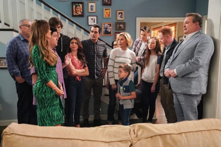 Elenco de la serie Modern Familydentro de una sala charlando con Sofía Vergara