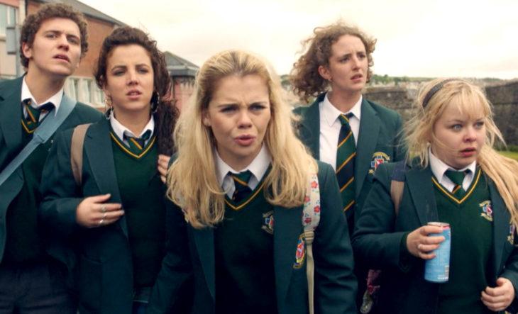 Escena de la serie Derry Girls con la chicas principales sorprendías al ver una pelea