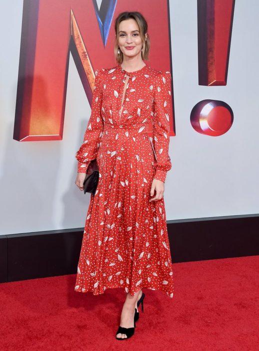 Leighton Meester llevando un vestido rojo co detalles de flores blancos