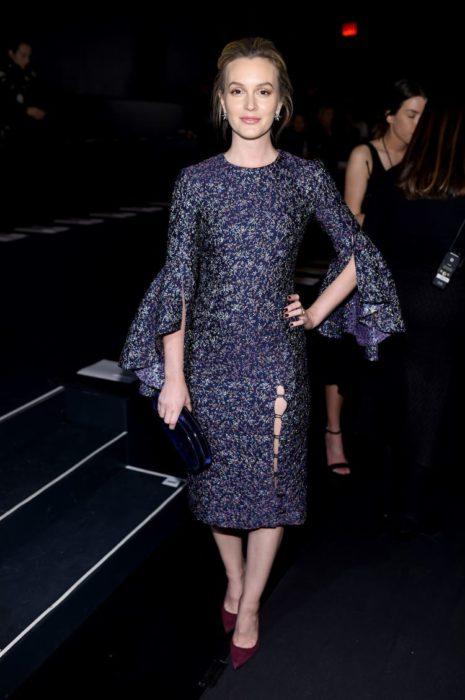 Leighton Meester llevando un vestido con flores en tono azul cielo de corte sirena