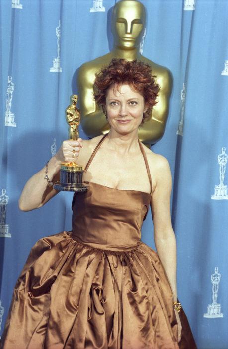 Susan Sarandon sosteniendo una estatuilla de los premios óscar