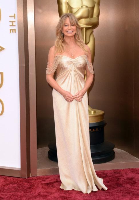 Goldie Hawn en la entrega de los premios Óscar llevando un vestido dorado