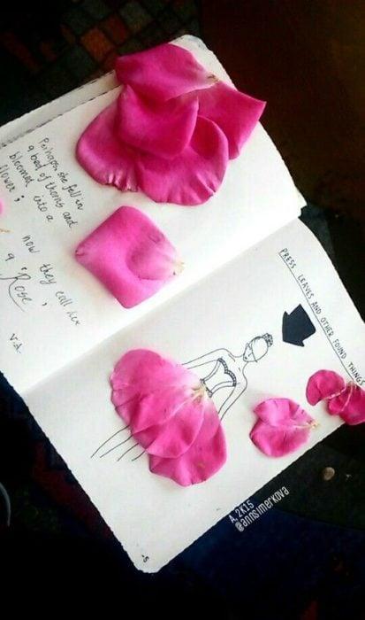 Libreta decorada con petalso de rosas en colores rosa pastel