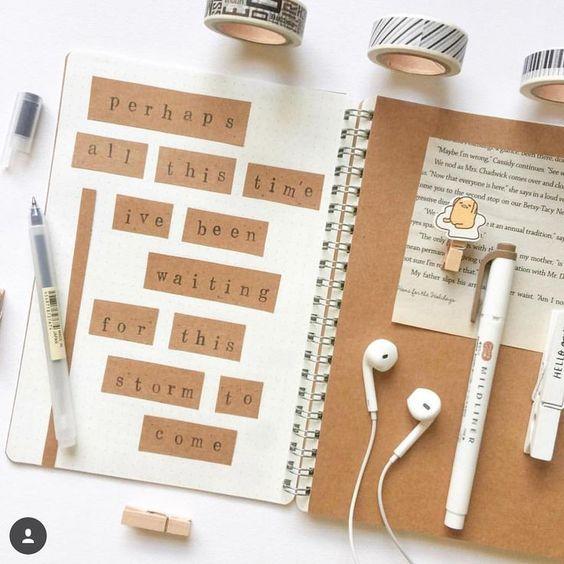 Libreta decorada con recortes de palabras en hoja opalina en tonos café