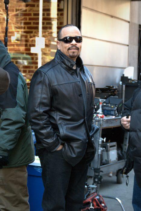 Ice-T con las manos en los bolsillo y gafas oscuras