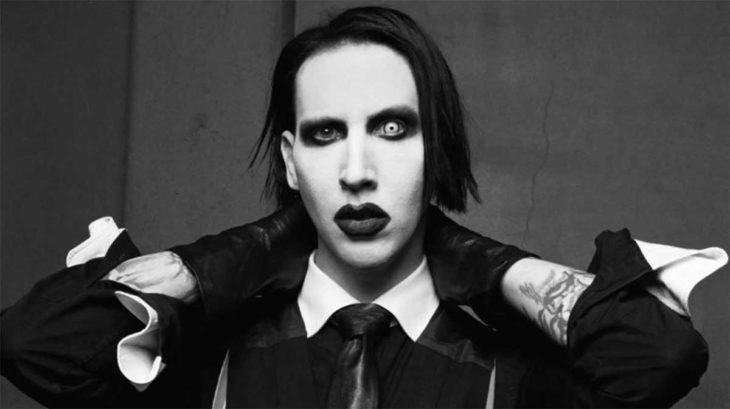 Marilyn Manson tocanso su nuca con sus propias manos