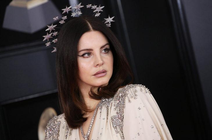 Lana Del Rey llevando una corona de estrellas plateadas