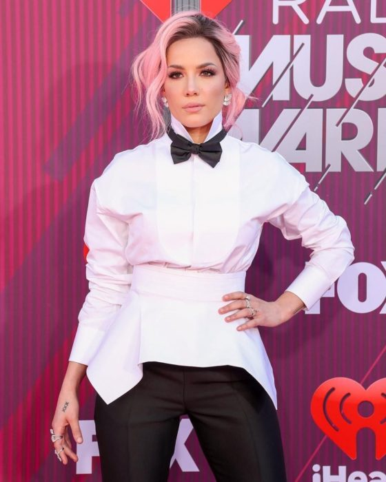 Halsey con cabello rosa en lso premios Music Awards de Fox