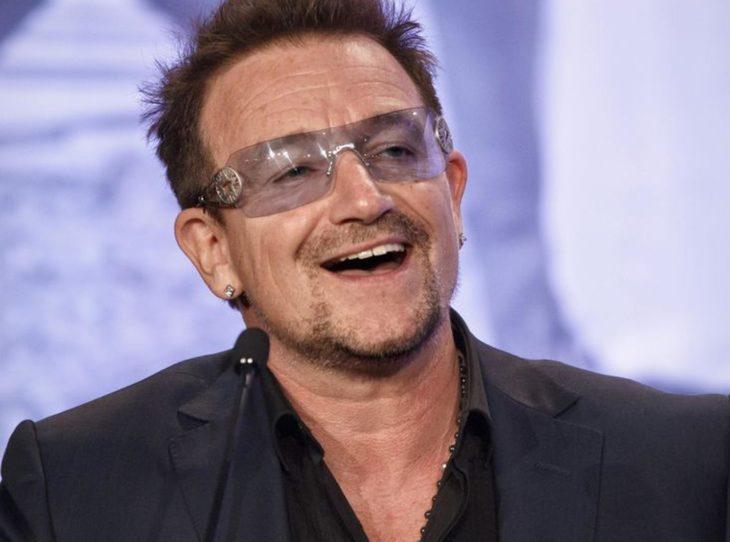 Bono de U2 sonriendo y llevando gafas oscuras