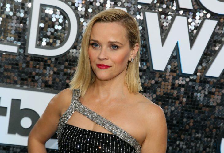 Reese Witherspoon con vestido sin hombros en color negro