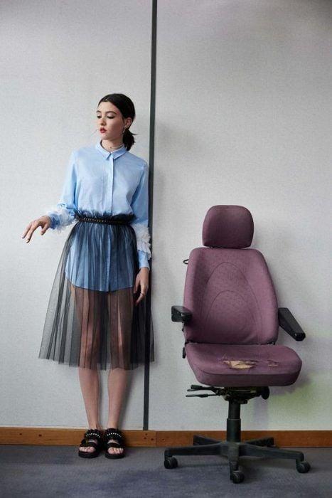 Chica usando blusón corto con falda de transparencia a las rodillas