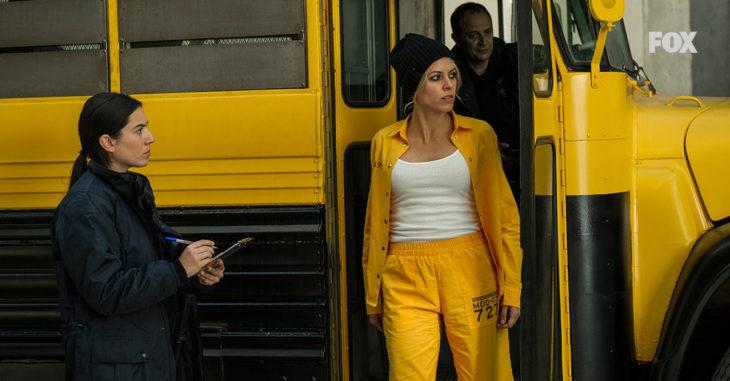Escena de la serie Vis a Vis dónde se ve a Macarena bajando del autobus