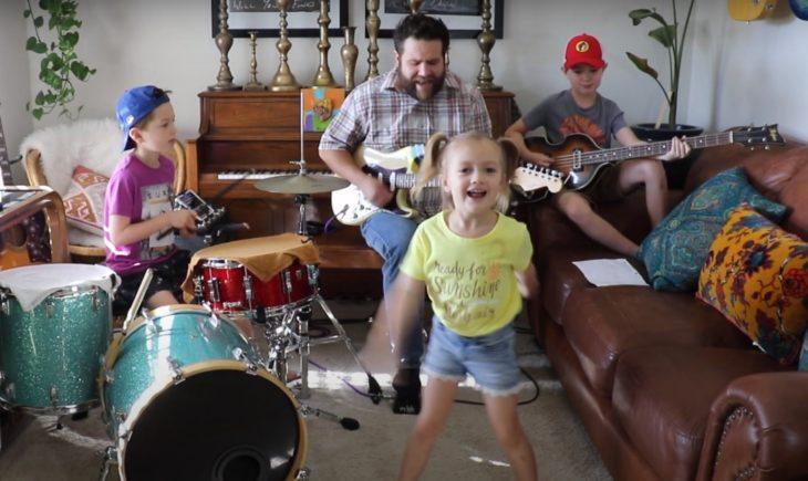 Colt Clark & The Quarantine Kids tocando y cantando