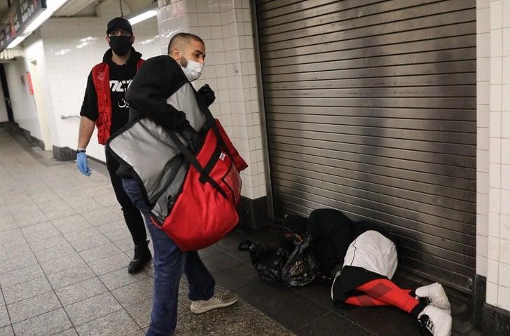 Hermanos musulmanes entregando platillos a personas en situación de calle