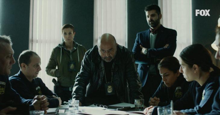 Escena de la serie Vis a Vis donde aparecen agentes de la policía