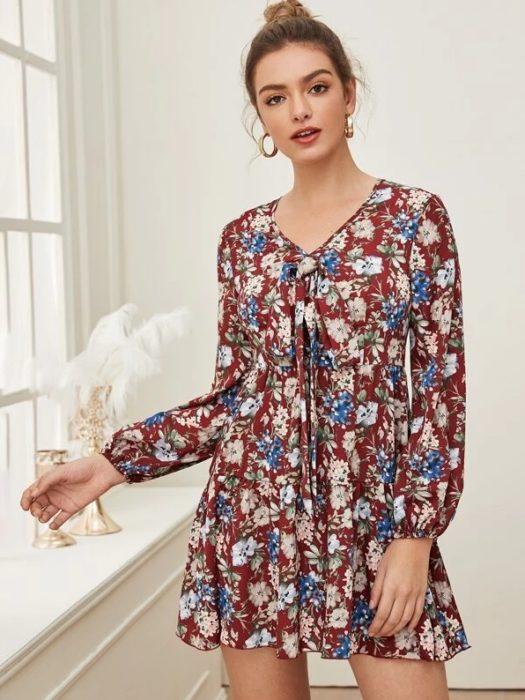 vestido corto guinda floreado y de manga larga