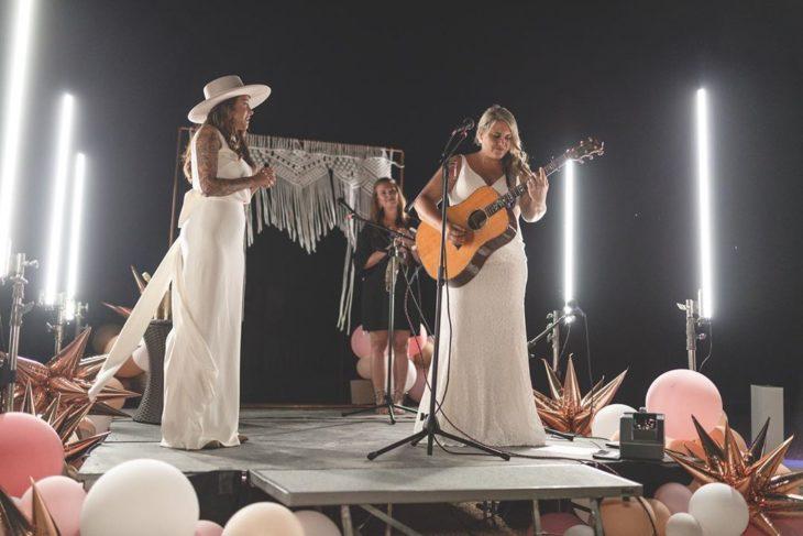Brie y Lindsey en el escenario del autocinema cantando y tocando